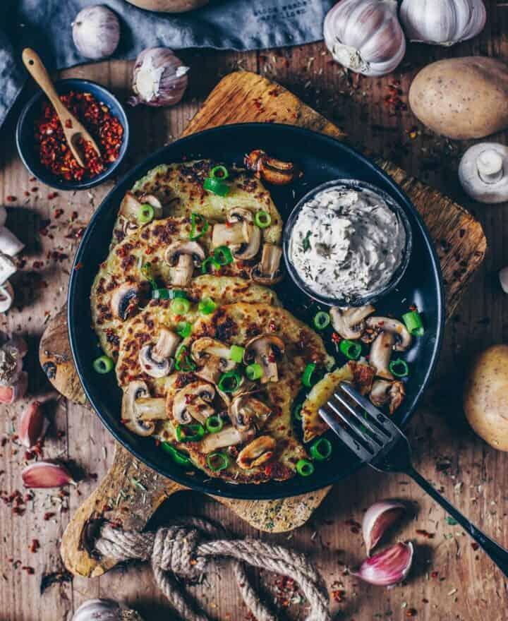 Vegane Reibekuchen (Kartoffelrösti) mit Pilzen