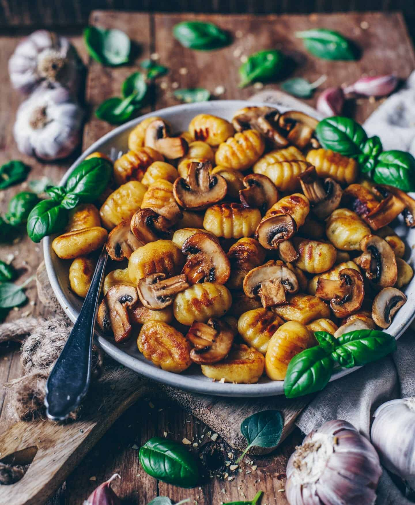 Crispy roasted Gnocchi with Garlic Mushrooms (vegan)