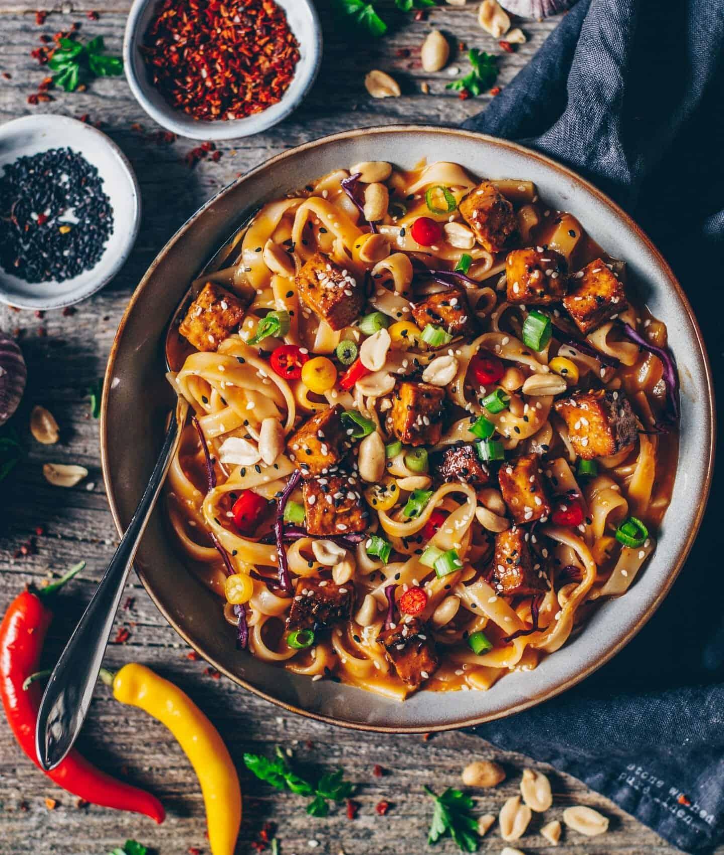 Asiatische Küchenutensilien asiatische nudeln mit knusprigem tofu und chili erdnuss sesamsoße