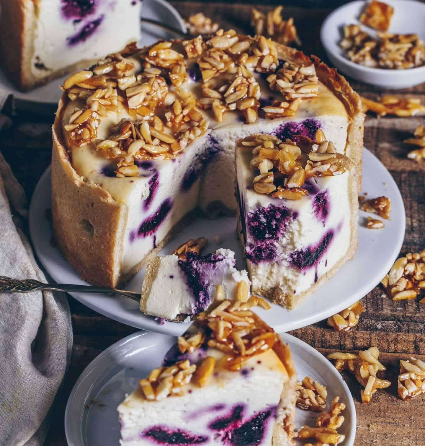 veganer blaubeeren kaesekuchen mit mandelkrokant