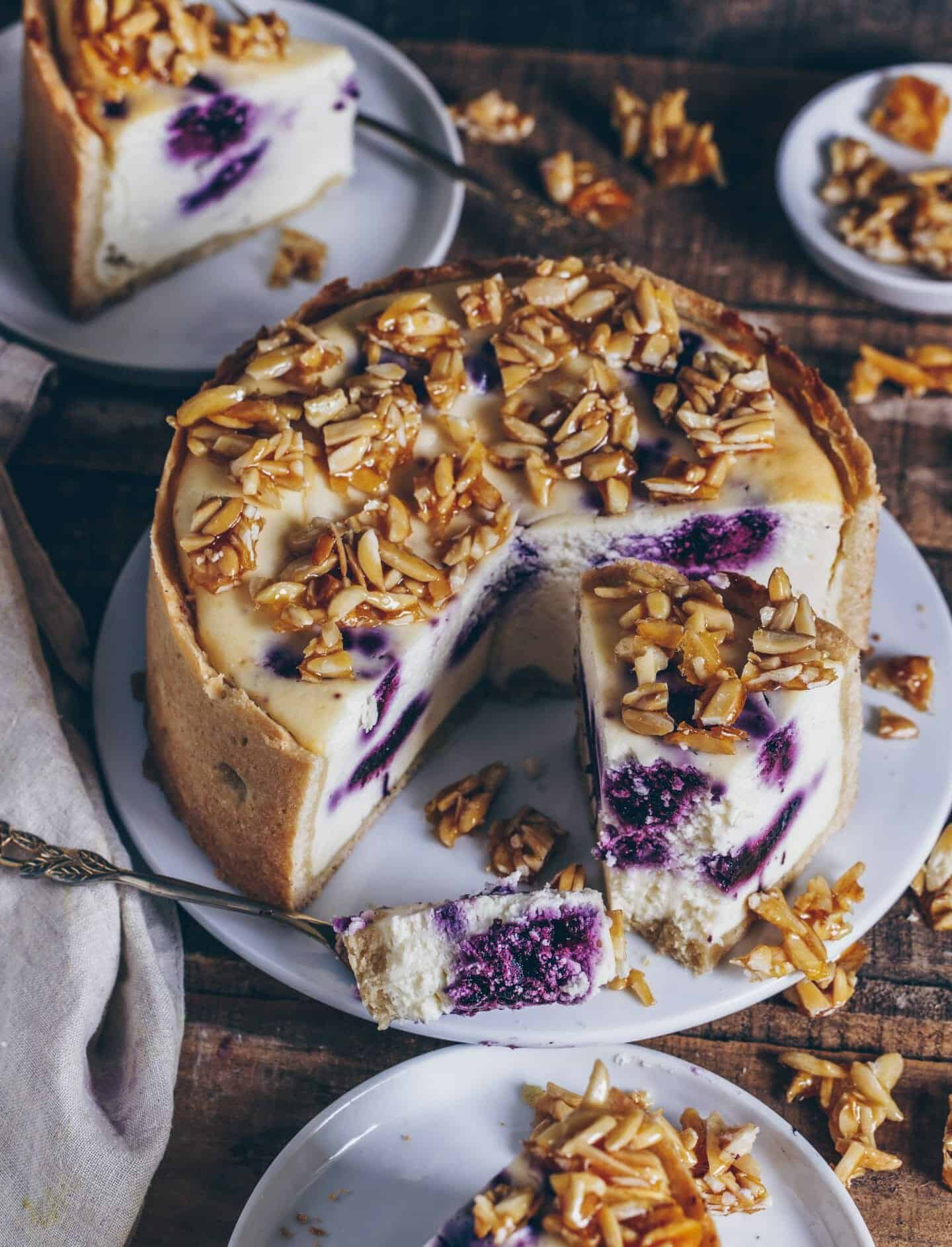 blaubeeren kaesekuchen mit mandelkrokant
