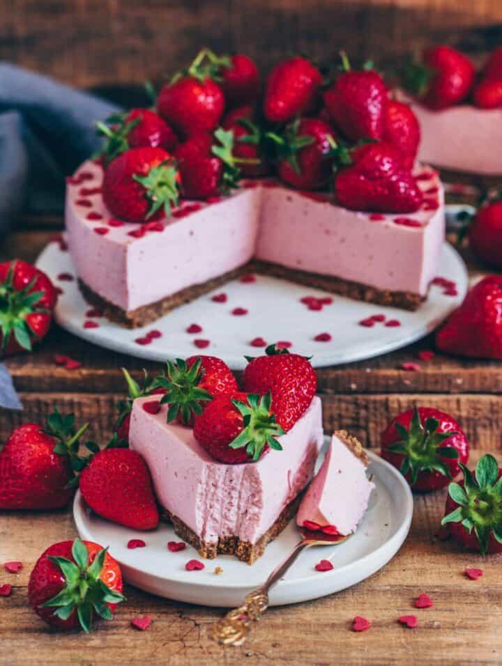 Dieser leichte vegane Erdbeer-Käsekuchen mit einer erfrischend fruchtigen Käsekuchenschicht auf knusprigem Keksboden ist einfach gemacht und gelingt ohne backen