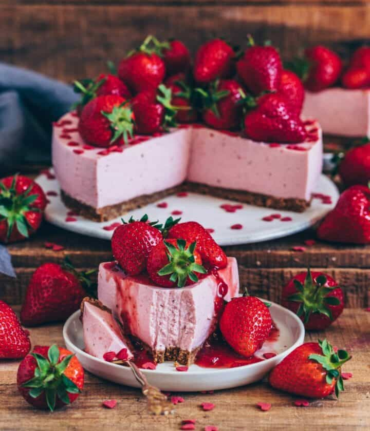 This light vegan no bake strawberry cheesecake is made of a fruity strawberry cream layer on a crunchy cookie base. It's easy to make and super delicious!