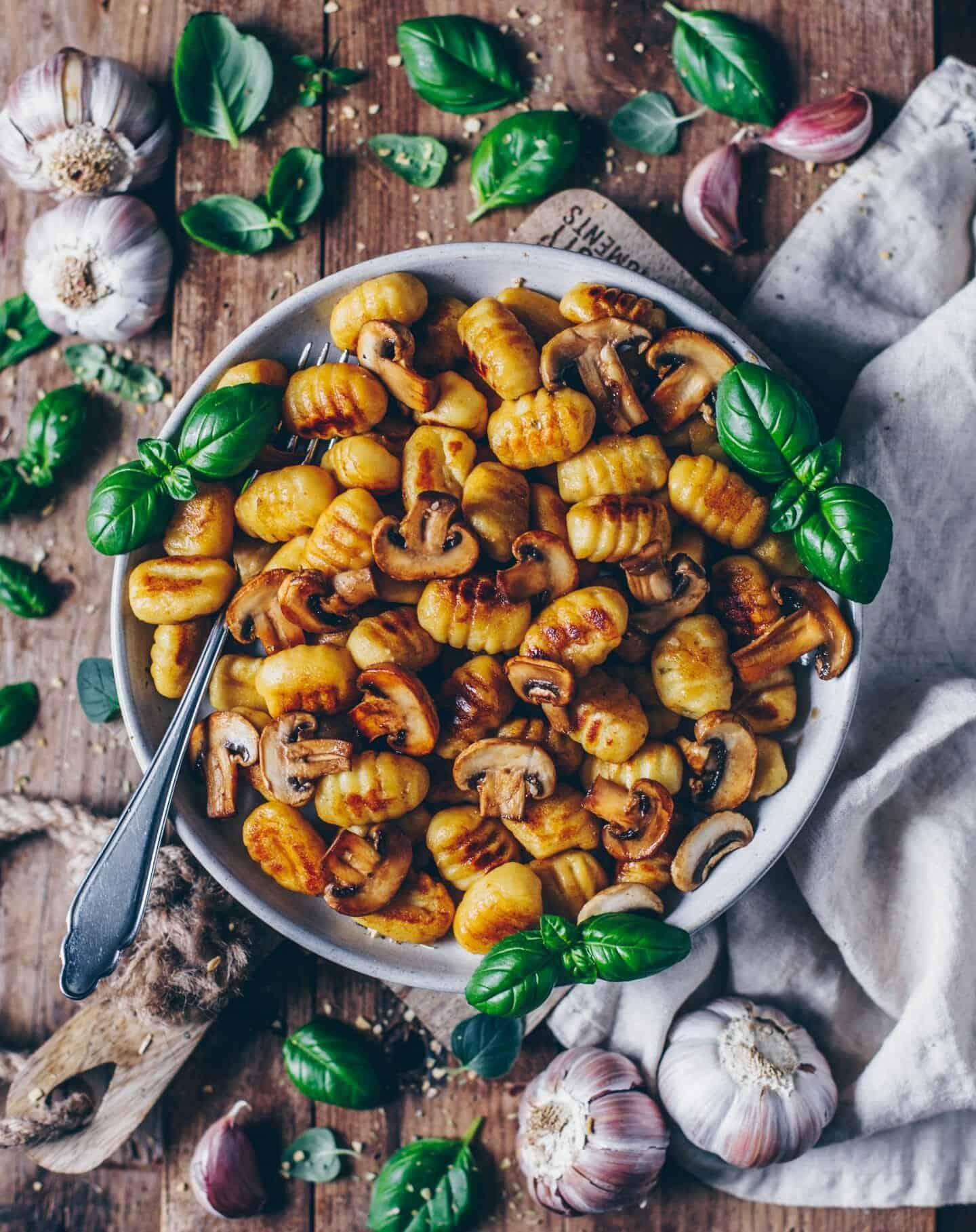 Knusprig gebratene Gnocchi mit Knoblauch-Pilzen (vegan)