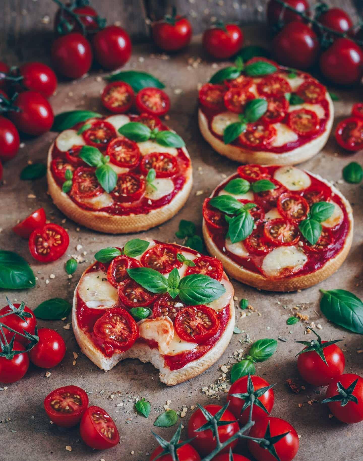 mini pizza toast mit tomaten mozzarella und basilikum