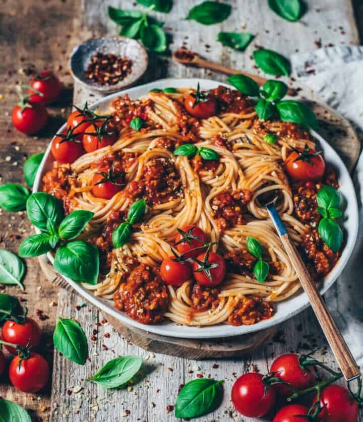 spaghetti pasta with bolognese sauce tomatoes and basil