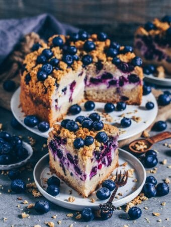 A delicious vegan crumble cake meets a creamy cheesecake - This vegan crumble cake is not an ordinary crumble cake because it also has a creamy cheesecake layer with juicy healthy blueberries that make this cake even more special. This vegan crumble cake is not only incredibly delicious but it's furthermore easy to make and you can also prepare it gluten-free, if you like.