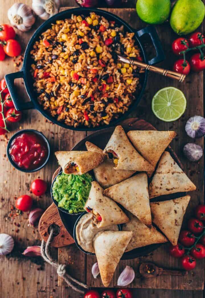 burrito samosas mit guacamole und mexikanische reis-pfanne