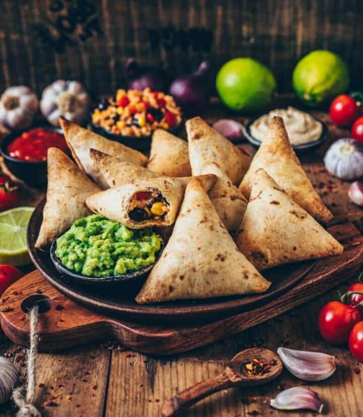 burrito samosas aus tortillas mit guacamole vegan