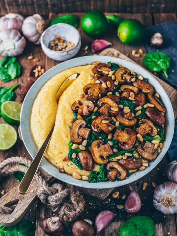 rezept für cremige vegane polenta mit pilzen und spinat, einfach, gesund, glutenfrei, in 15 minuten fertig