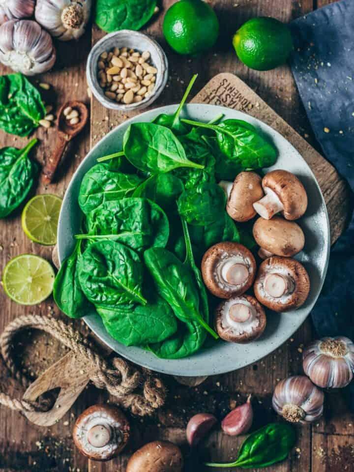 rezept für cremige vegane polenta mit pilzen und spinat, einfach, gesund, glutenfrei, in 15 minuten fertig - zutaten