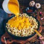 Dieses cremige Vegane Kürbis Mac and Cheese ist super lecker, käsig, fettarm und besteht nur aus pflanzlichen Zutaten. Das Rezept ist sehr einfach.