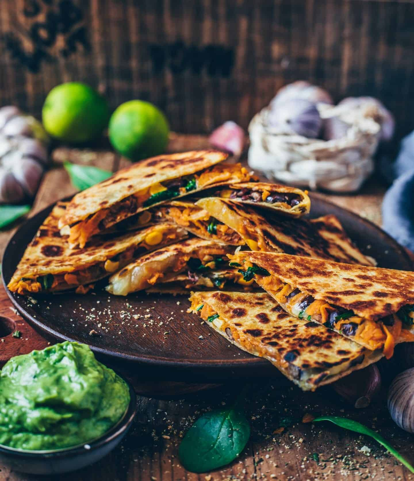 Vegane Süßkartoffel-Quesadillas mit schwarzen Bohnen, Mais und veganem Käse gefüllt. Sie sind perfekt als schnelle Mahlzeit oder Snack. Dieses Rezept ist glutenfrei, gesund, super lecker, käsig und sehr einfach zu machen.