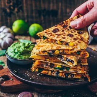 Vegane Süßkartoffel-Quesadillas mit schwarzen Bohnen, Mais und veganem Käse