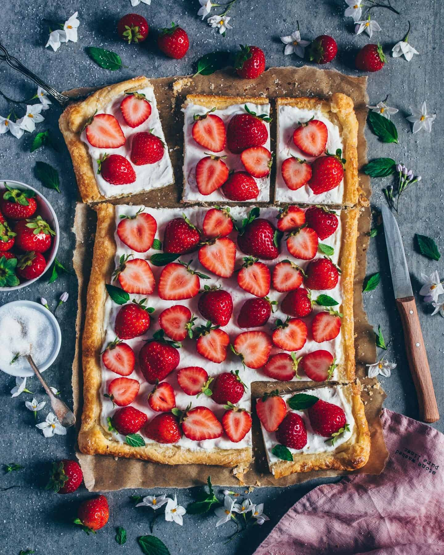 einfache vegane erdbeer-tarte mit kokos-creme und blätterteig, schnelles rezept