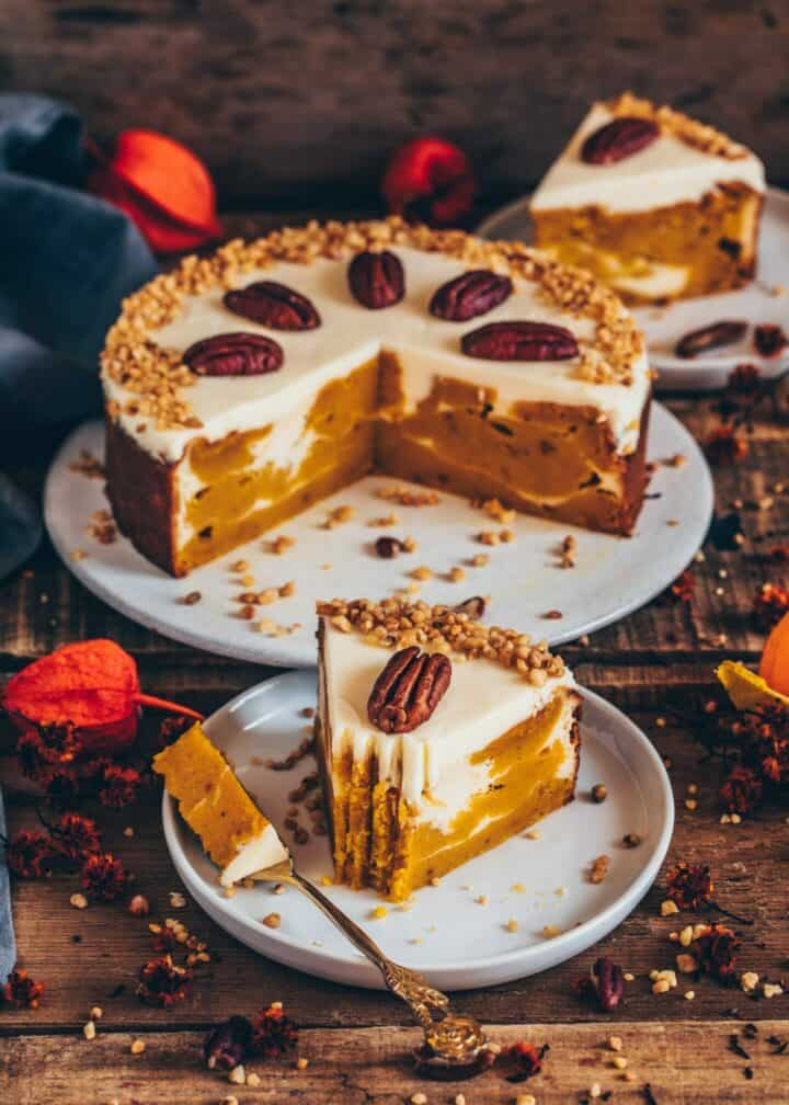 Dieser vegane Kürbiskuchen mit cremigem Käsekuchen Swirl ist super saftig, perfekt gewürzt und so lecker. Das Rezept ist sehr einfach und kann auch zuckerfrei und glutenfrei zubereitet werden.