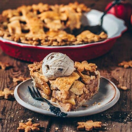 Dieser gedeckte Apfelkuchen (Vegan American Apple Pie) ist das perfekte Dessert mit der besten Zimtäpfel-Füllung! Das Rezept ist sehr einfach und kann glutenfrei und frei von raffiniertem Zucker zubereitet werden. Ein leckerer Nachtisch im Herbst, zu Weihnachten, und einfach jeden Tag!