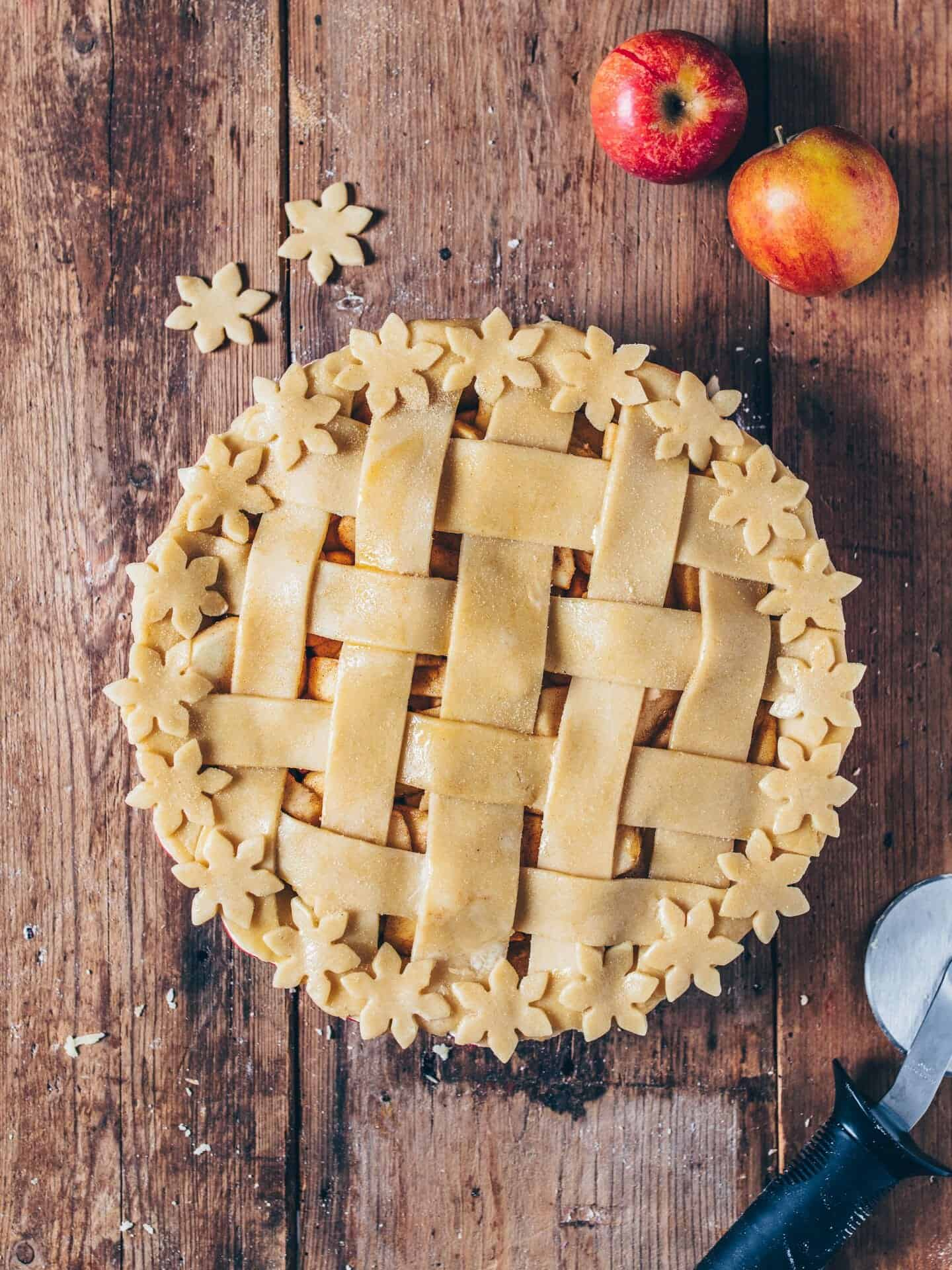This simple vegan Apple Pie is the perfect dessert with the best Apple pie flavor! The recipe is very easy and can be made gluten-free and sugar-free. A delicious treat for Christmas, Thanksgiving and just everyday!