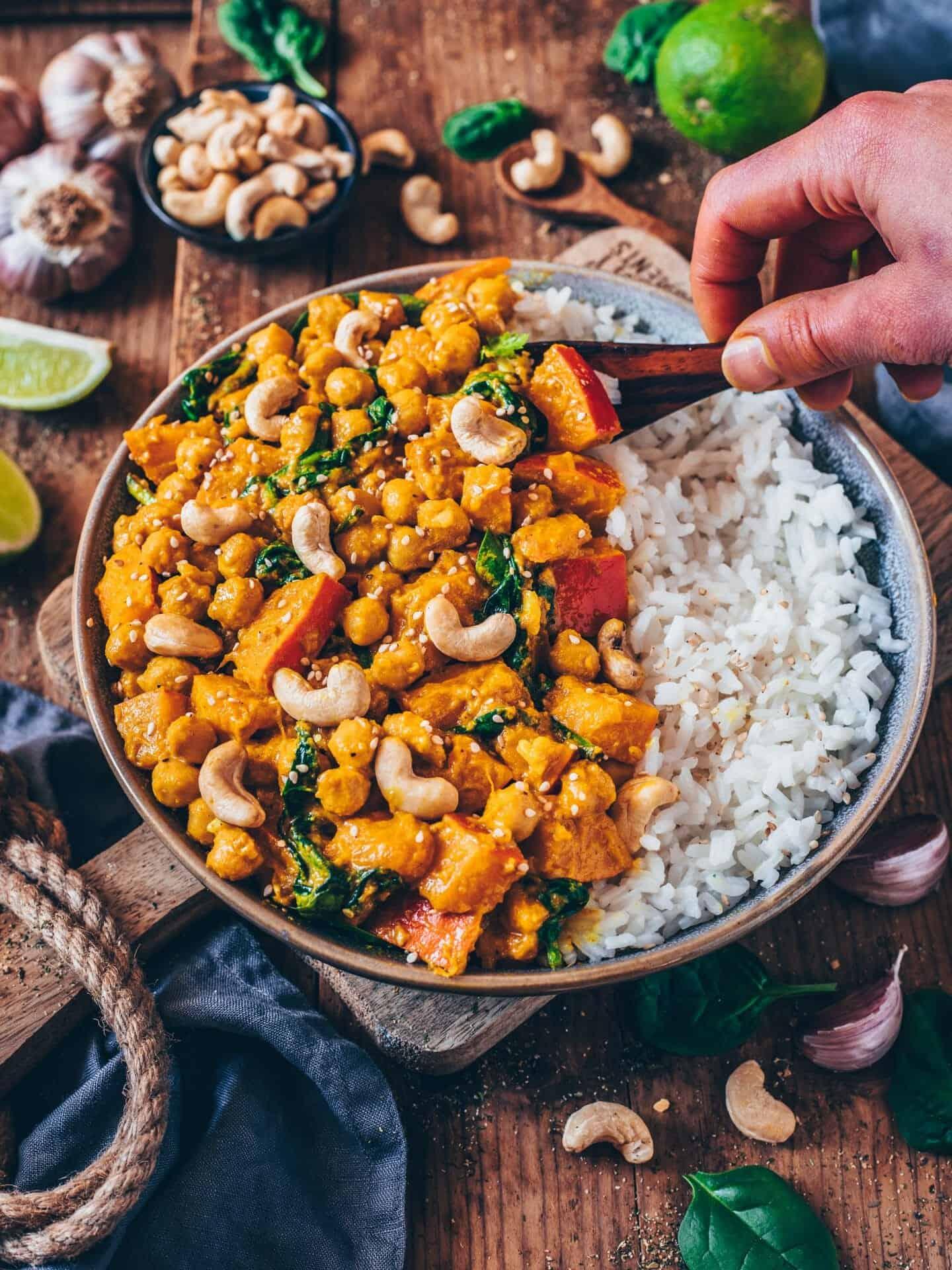 Dieses cremige vegane Kürbis-Kichererbsen-Curry mit Spinat ist das perfekte Wohlfühlessen. Es schmeckt so köstlich, ist gesund, einfach zubereitet, und in weniger als 25 Minuten fertig!