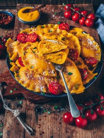 Diese Jumbo Kürbis-Ravioli schmecken unglaublich köstlich und sind super schnell gemacht! Das Rezept ist einfach, gesund, vegan und so cremig lecker!Knusprig angebraten und mit einer cremigen Kürbis-Pasta-Sauce serviert, ist es ein perfektes Mittag- oder Abendessen.