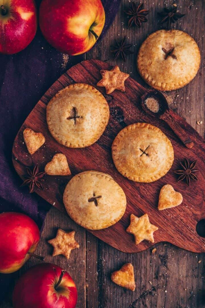Diese Apfel Hand Pies sind kleine, handliche Apfelkuchen mit einer leckeren Apfel-Zimt-Füllung. Sie sind vegan, einfach zu machen und in wenigen Minuten fertig! Ein perfektes Rezept für die Apfelsaison!