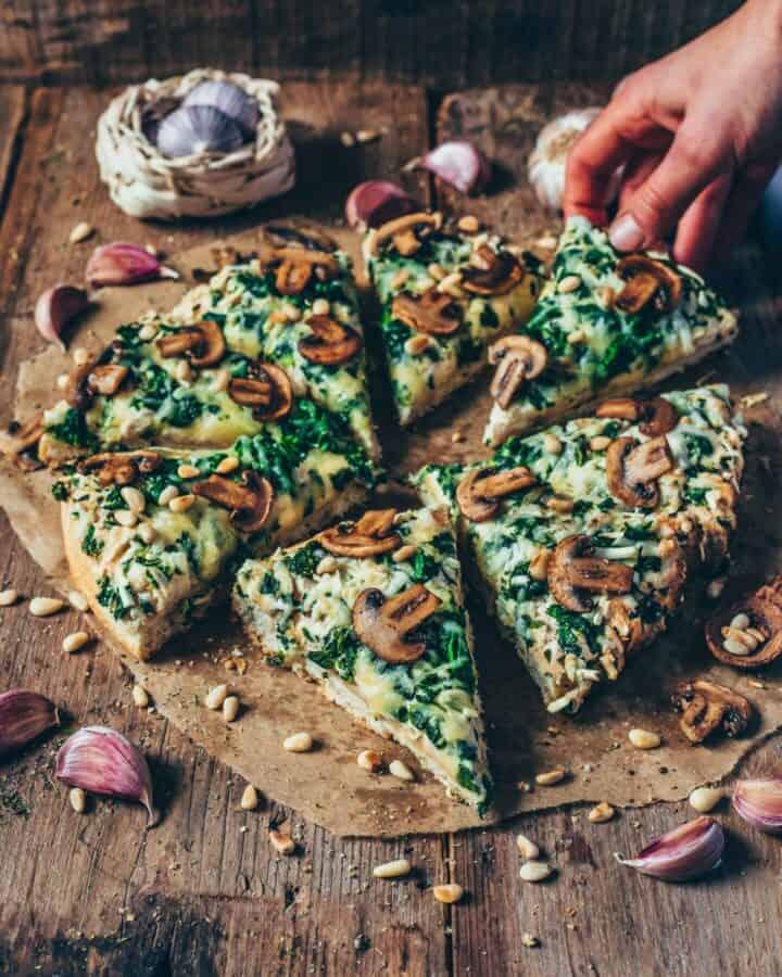 Diese vegane Spinat-Pizza mit Pilzen und Knoblauch ist perfekt, wenn du ein schnelles Abendessen möchtest, das nicht nur lecker, sondern auch gesund ist! Dieses Rezept ist einfach zu machen und mit Sicherheit die beste Spinat-Pizza, die du jemals gegessen hast!