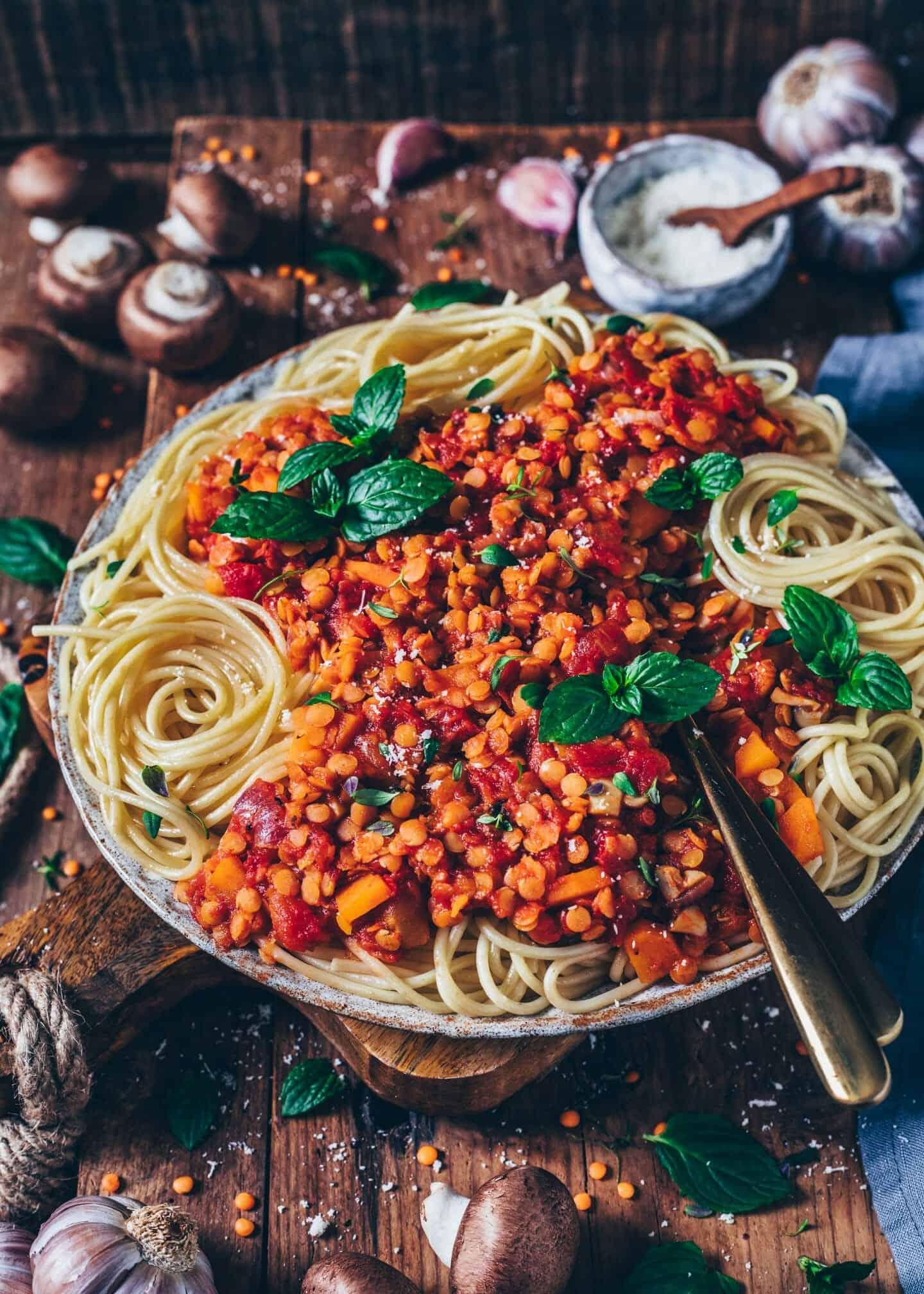 Diese vegane Linsen-Bolognese mit Gemüse und Pilzen ist eine köstliche und gesunde Mahlzeit, die in weniger als 30 Minuten fertig ist! Das Rezept ist sojafrei, nussfrei und kann auch glutenfrei zubereitet werden. Ein perfektes Mittag-, oder Abendessen.