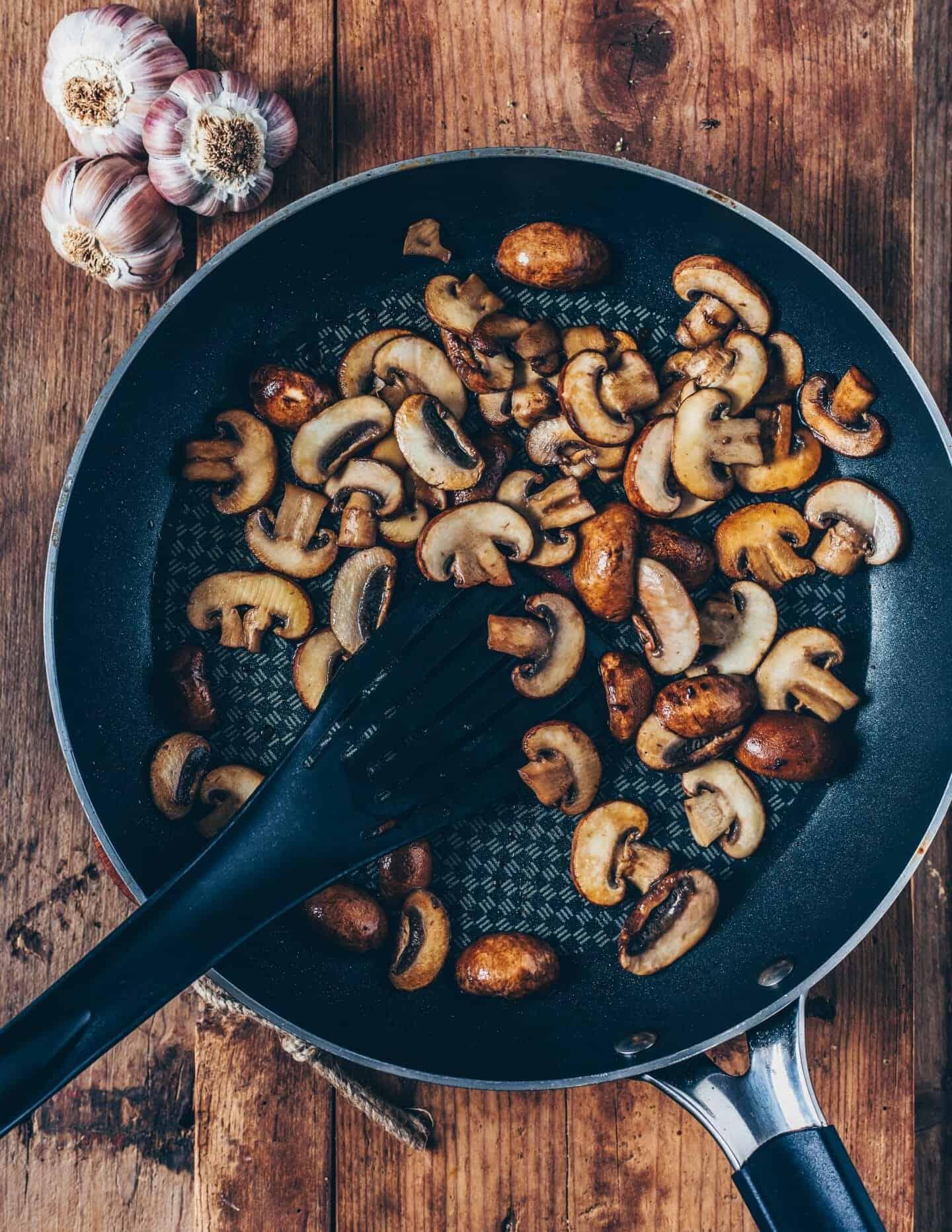 Cremiges Süßkartoffelpüree mit veganer Pilzsauce ist schnell zubereitet, gesund und so lecker! Dieses einfache Rezept ist glutenfrei, pflanzlich und würzig. Ein köstliches, herzhaftes Wohlfühlgericht!