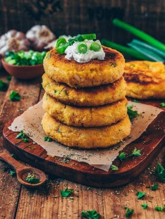Diese köstlichen Potato Cakes (Kartoffelpfannkuchen) sind innen cremig und außen knusprig. Das Rezept ist vegan, sehr einfach und käsig-lecker! Sie sind perfekt als Beilage, oder Hauptmahlzeit und eine tolle Möglichkeit übrig gebliebene Kartoffeln zu verarbeiten!