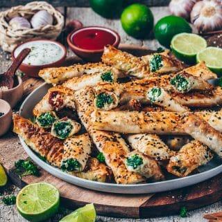 Knusprig gebackene vegane Börek mit Spinat & Feta und Cashew-Tomate (türkische Sigara Böreği) sind schnell und einfach zubereitet und ein köstliches Fingerfood! Serviere Sie als Snack auf einer Party oder als einfache Beilage zum Mittag- oder Abendessen.
