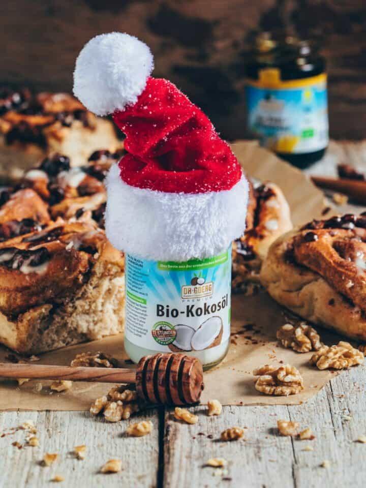 Ein einfaches Rezept für vegane Zimtschnecken (Kanelbullar) mit Cashew-Kokos-Glasur. Sie sind fluffig weich, so lecker und gesünder als die meisten Zimtschnecken, denn sie werden ohne weißen Zucker und ohne tierische Zutaten gemacht!