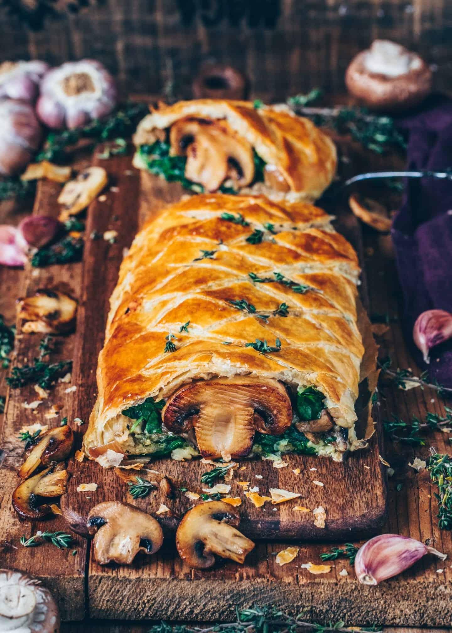 Dieser vegane Pilz-Wellington ist ein köstlicher veganer Braten und wird sicherlich jeden Gast an Weihnachten begeistern! Er ist sehr einfach zuzubereiten, herzhaft, würzig und so lecker!