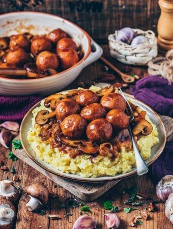 Vegane Fleischbällchen mit Braten-Sauce und Kartoffelpüree ist das perfekte Wohlfühlessen! Die Kichererbsen-Bällchen sind fettarm, proteinreich und einfach.