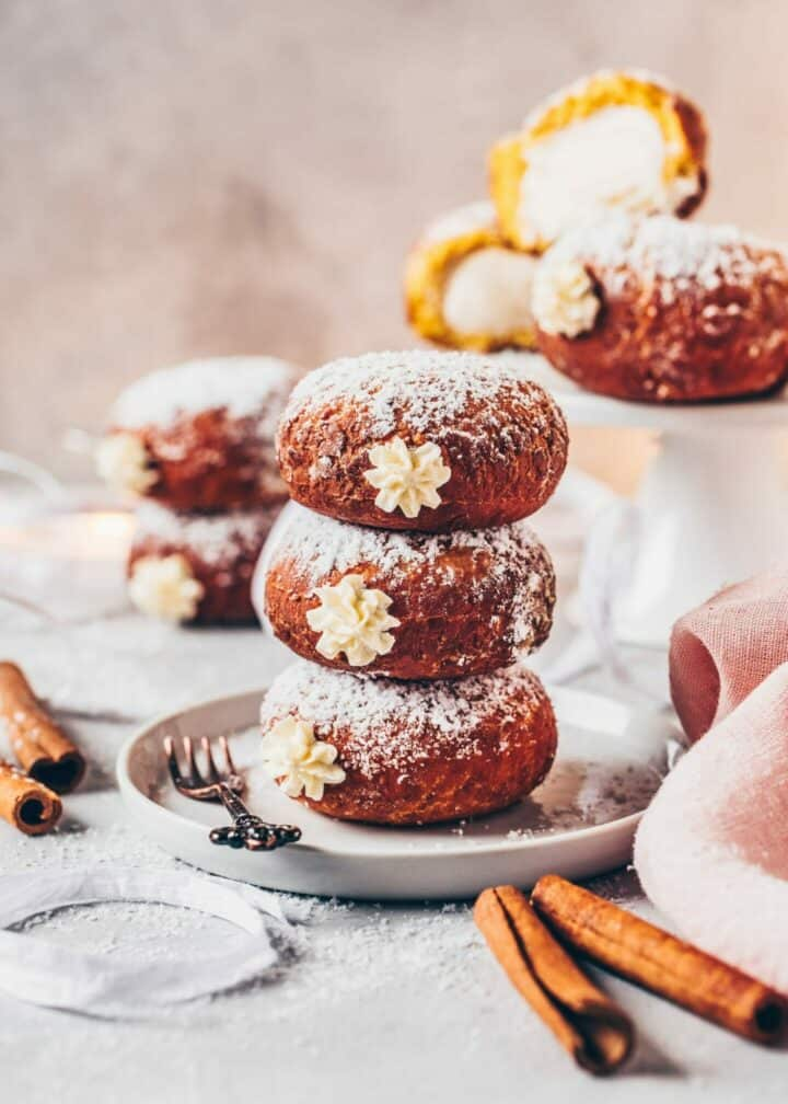 """Ein einfaches Rezept für gefüllte Kürbis-Berliner (Vegane Berliner Pfannkuchen), auch """"Krapfen"""" genannt, mit Vanille-Creme. Sie sind weich & lecker und können entweder gebacken oder auch frittiert werden. Perfekt zu Silvester, Fasching (Karneval) oder auch jeden anderen Tag."""