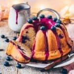 Dieser Blaubeer-Gugelhupf ist ein veganer Zitronenkuchen mit Blaubeeren und einer natürlichen Blaubeer-Glasur. Das Rezept ist sehr einfach und kommt ohne Eier aus. Ein leckerer, fluffiger Kuchen für jede Gelegenheit!