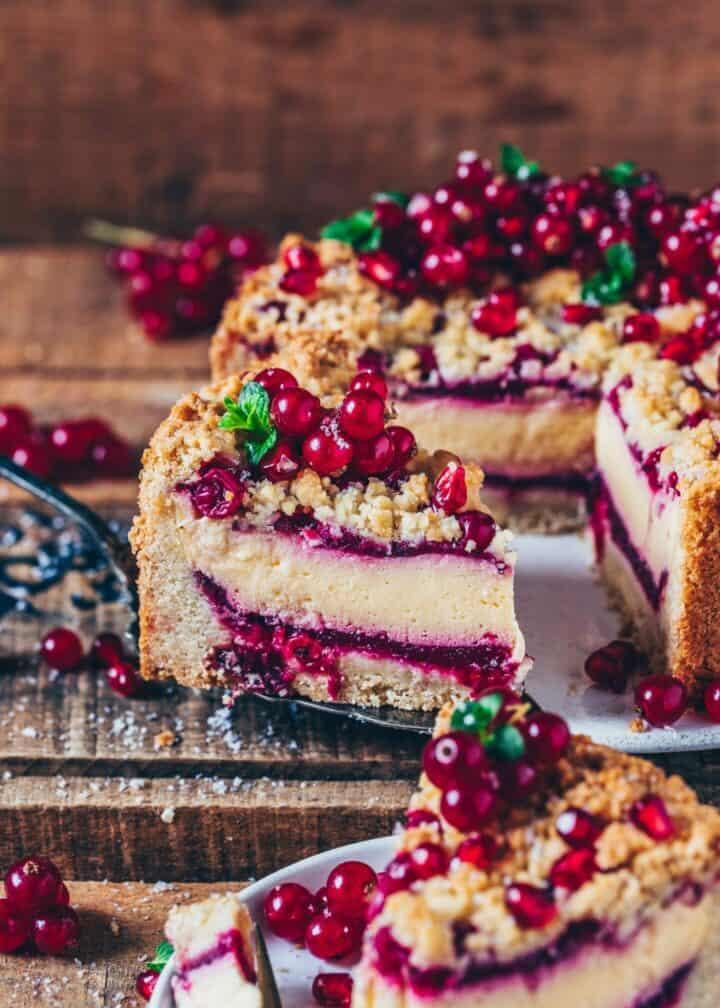 Dieser vegane Johannisbeer-Käsekuchen mit Streuseln ist ein köstlicher Streuselkuchen mit Käsekuchen-Schicht und fruchtigen Johannisbeeren. Es ist ein perfektes Dessert für jede Gelegenheit und du wirst begeistert sein, wie einfach er gemacht ist!