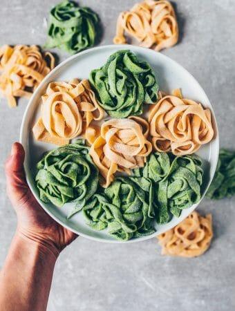 Mit diesem einfachen Rezept kannst du in wenigen Schritten vegane Nudeln selber machen - sogar ohne Nudelmaschine! Der Nudelteig ist ohne Ei und kann auch mit Spinat zubereitet werden, um grüne Spinat-Pasta zu machen.