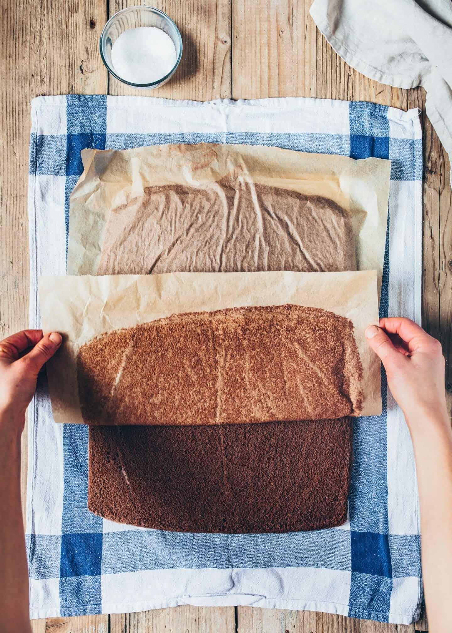 Diese Vegane Schoko-Biskuitrolle Schwarzwälder Kirsch klappt ohne Eier. Es ist ein einfacher Schokoladen-Kuchen mit Kirsch-Creme-Füllung. Einfach und schnell zubereitet.