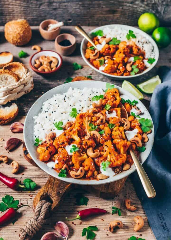 Dieses vegane Blumenkohl Tikka Masala ist ein indisches Curry mit roten Linsen, das in nur 20 Minuten zubereitet ist! Ob als gesundes Abend- oder Mittagessen, es ist sehr lecker, glutenfrei und super einfach.