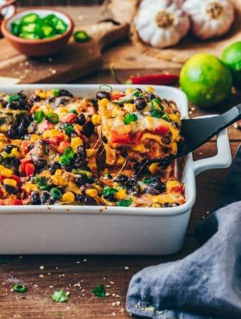 Diese Mexikanische Tortilla Lasagne ist ein köstlicher Tortilla Auflauf mit Gemüse. Der Enchilada Gratin ist gesund, vegan, vegetarisch, glutenfrei und einfach.