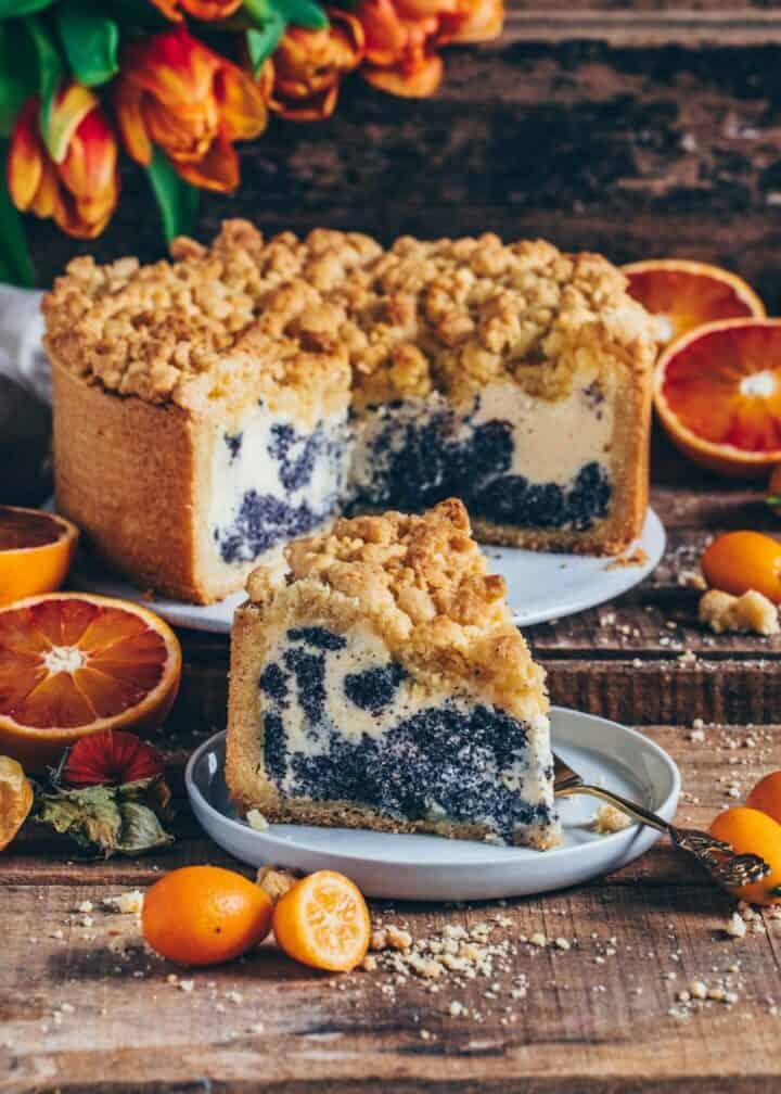 Dieser Mohnkuchen mit Quark und Streusel schmeckt wie ein Käsekuchen mit leckeren Mohn-Klecksen. Dieser Streuselkuchen ist super lecker, einfach zuzubereiten und ein perfektes Dessert für jeden Tag.
