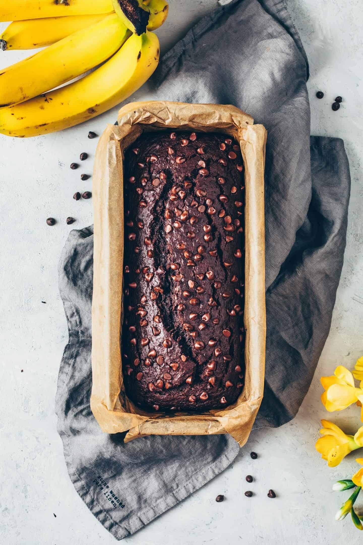 Das beste Vegane Schoko-Bananenbrot Rezept. Es ist einfach, weich, fluffig, saftig, lecker und schmeckt wie Schokoladen-Kuchen. Ohne Ei, glutenfrei, milchfrei, laktosefrei, eifrei.