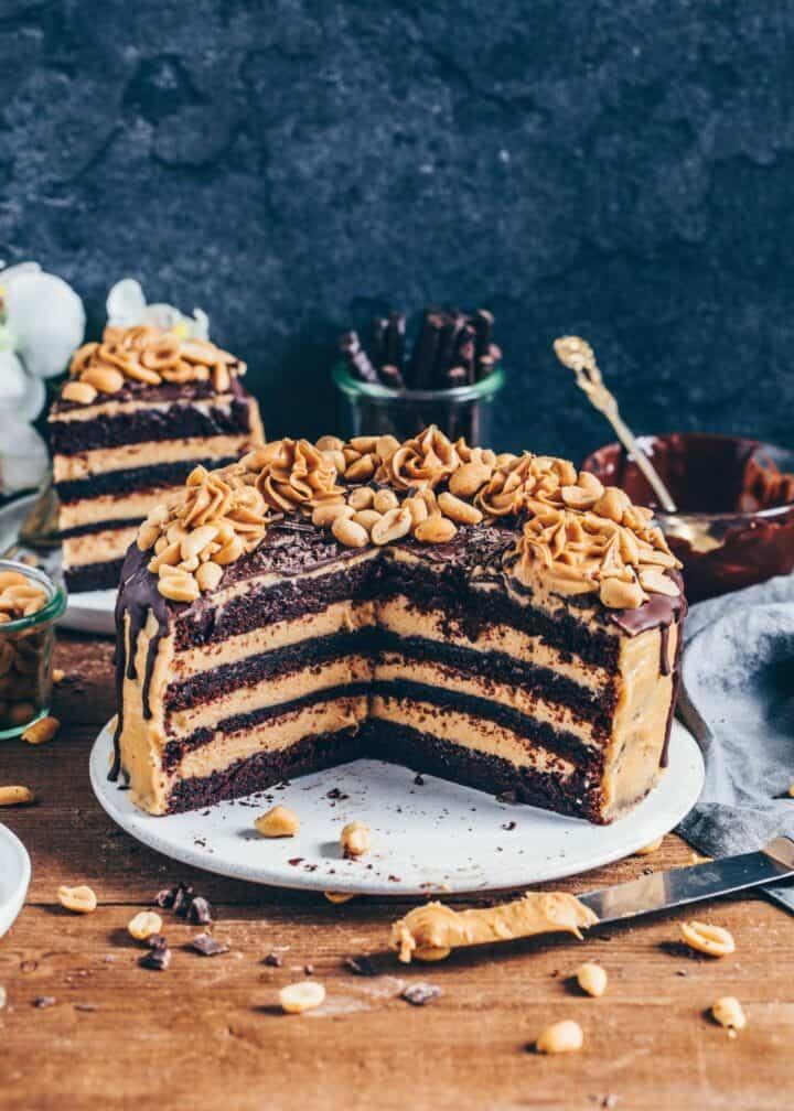 Schokoladen-Torte mitErdnussbutter-Frosting, Vegane Snickers-Kuchen, einfach, Rezept, milchfrei, eifrei, Dessert, Nachtisch