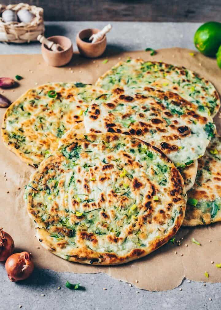 Ein einfaches Rezept für vegane herzhafte Lauchzwiebel-Pfannkuchen (Chinesische Pancakes) aus nur 3 Zutaten mit Schritt-Anleitung! Schmeckt wie Fladenbrot (Pfannenbrot)!