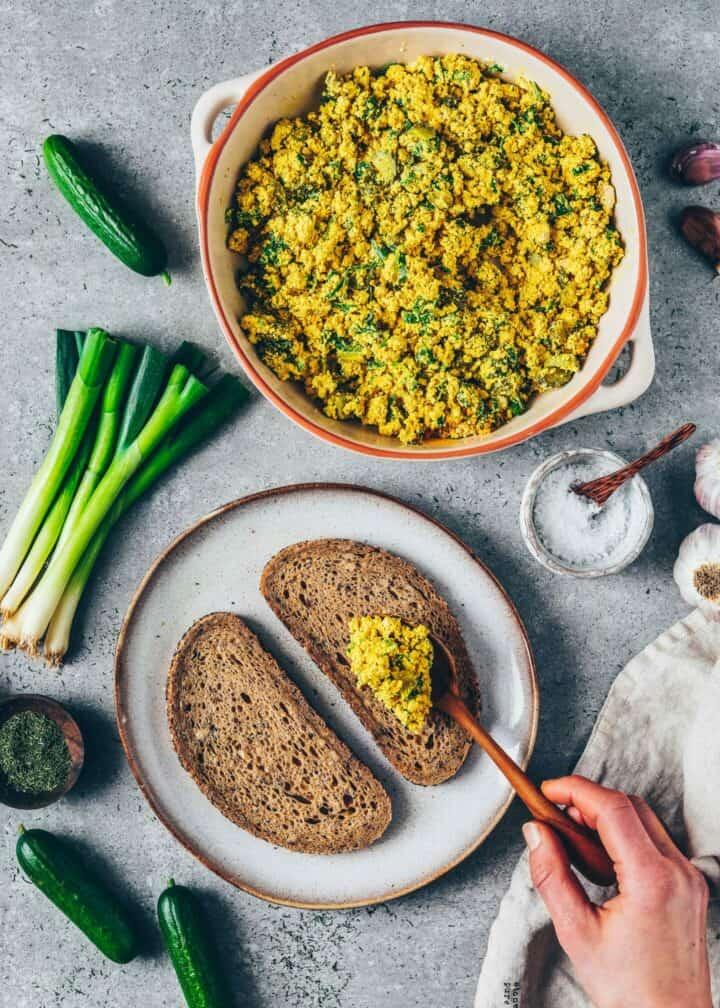 Veganer Eiersalat aus Tofu ist schnell & einfach zubereitet, proteinreich und super lecker! Perfekt für Frühstücks-Wraps oder als Brot-Aufstrich zum Brunch.