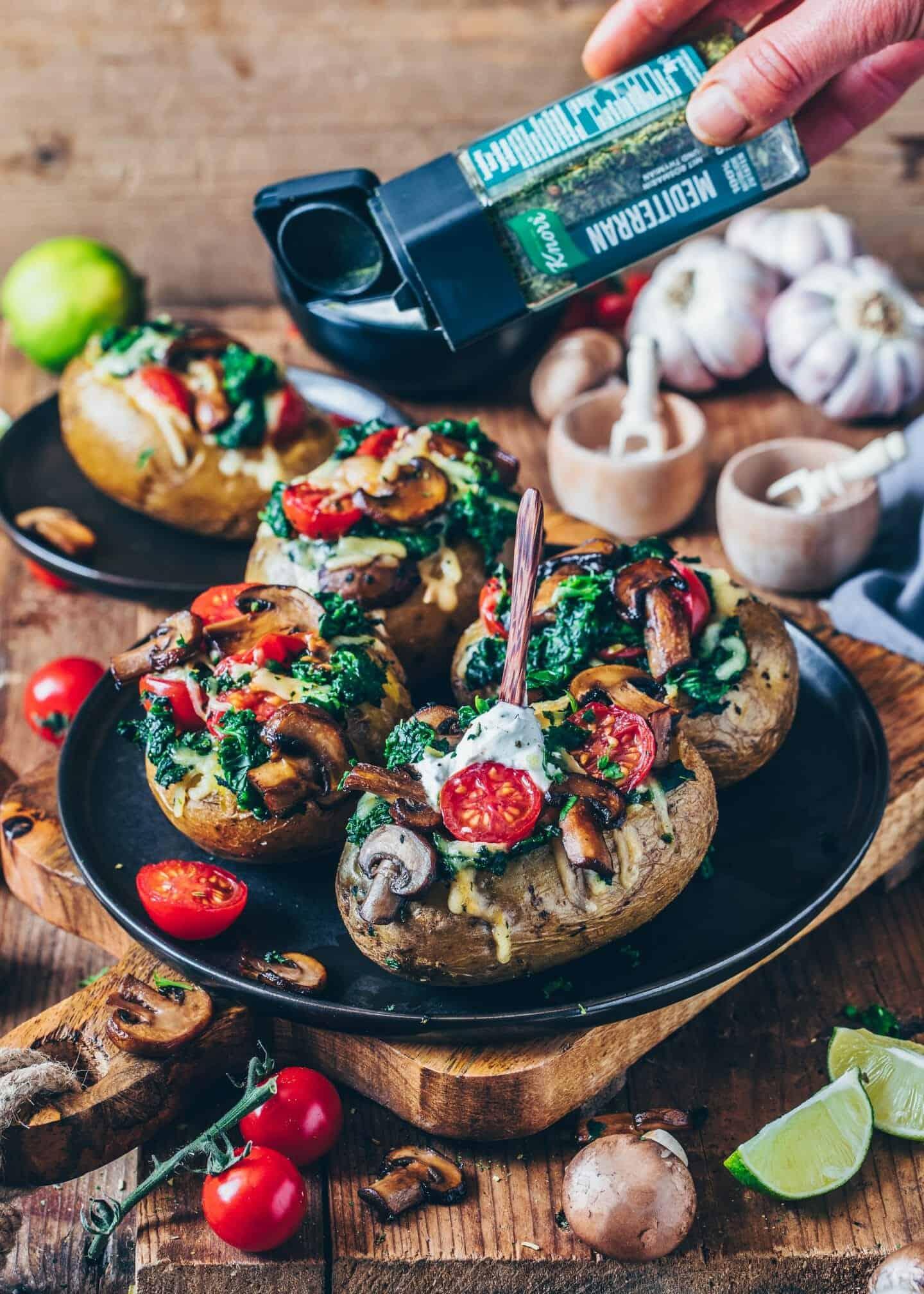Gefüllte Ofen-Kartoffeln mit Spinat, Pilzen, Tomaten und veganem Käse. Dieses Backkartoffel Rezept mit Kräuterquark ist einfach, gesund und lecker!