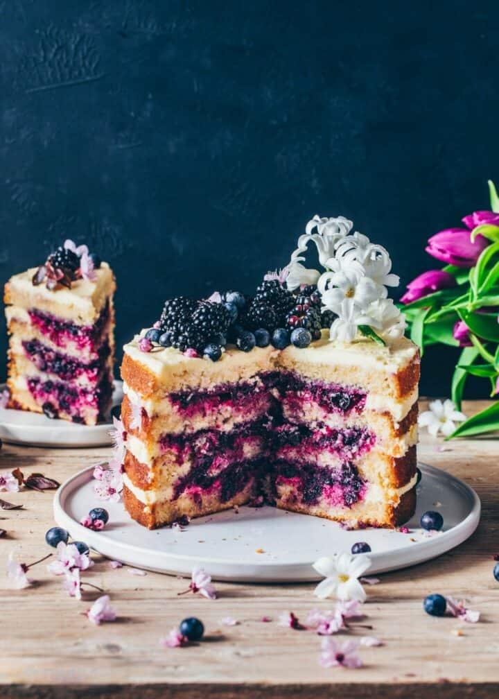 Zitronen-Blaubeer-Torte ist ein Schicht-Kuchen mit Zitronen-Creme und Blaubeeren-Füllung. Die vegane Torte ist saftig, weich und lecker. Ein perfektes Dessert für Ostern.
