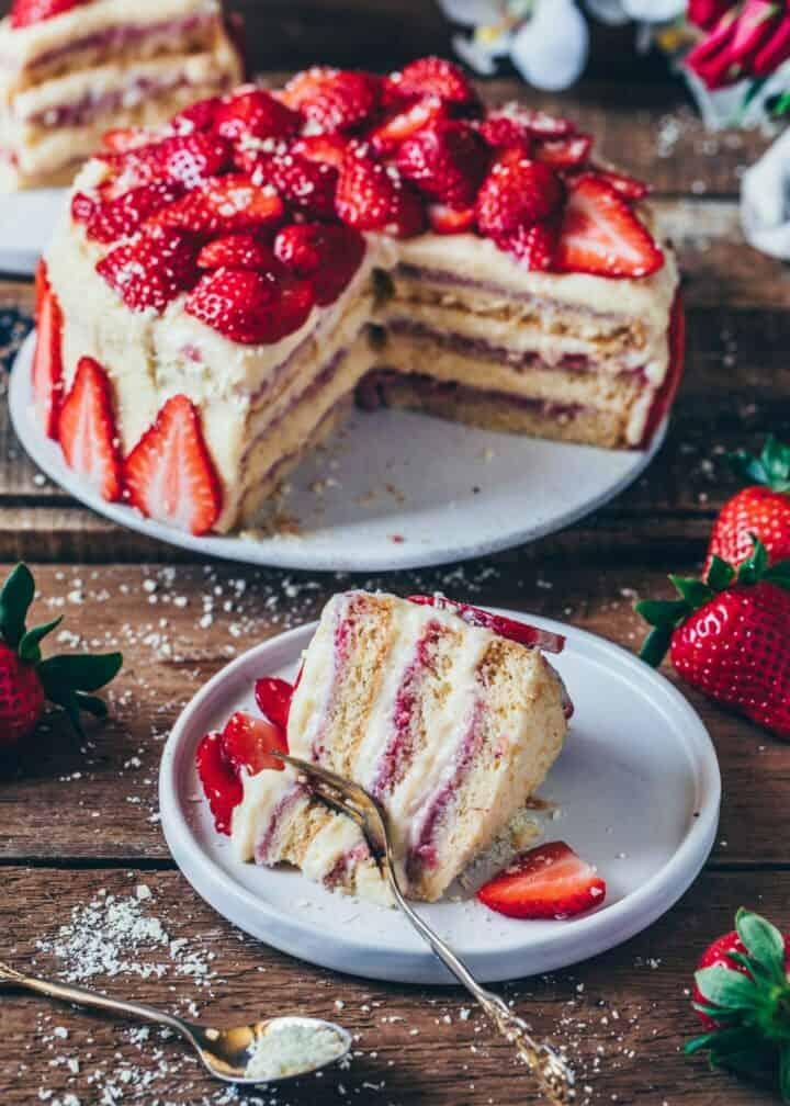 Erdbeer-creme-Torte Rezept. Vegan, fluffig, cremig, lecker. Veganer Erdbeer-Kuchen, veganer Biskuit-Kuchen ohne Eier. Das perfekte Dessert für die Erdbeer-Saison.