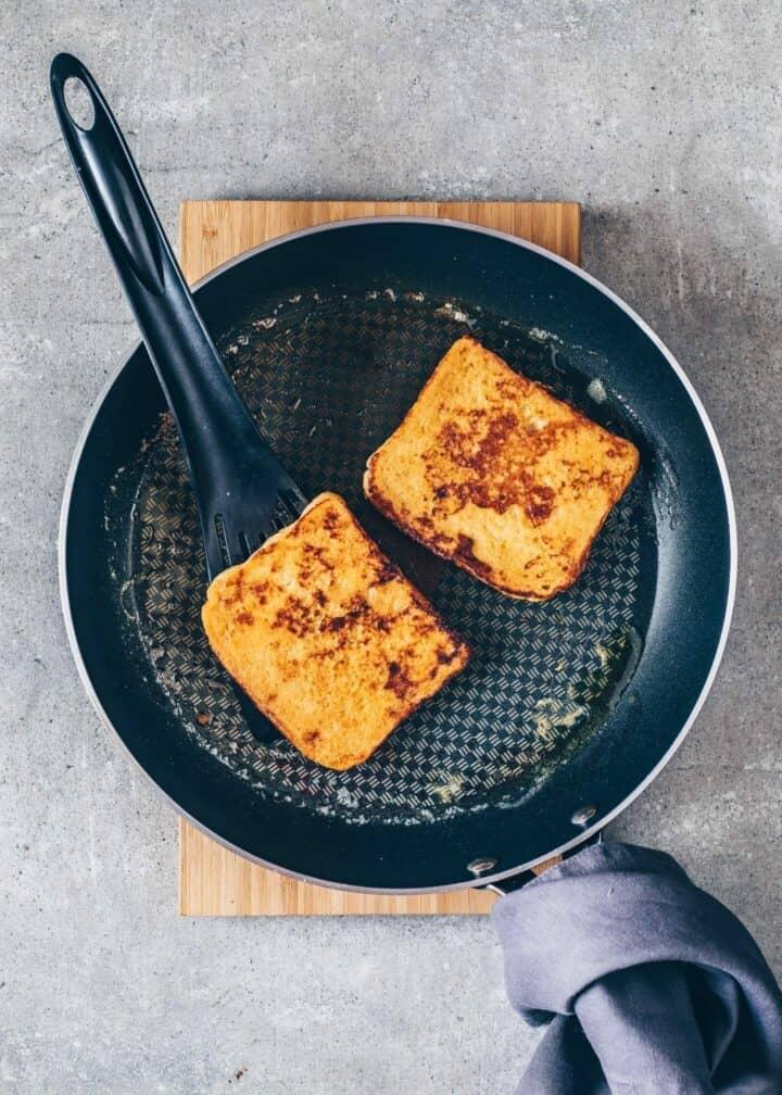 Das beste veganes French Toast Rezept. Einfach und in nur 10 Minuten zubereitet. Perfekt für ein schnelles süßes Frühstück, zum Brunch oder Dessert. Eifrei, glutenfrei, milchfrei.