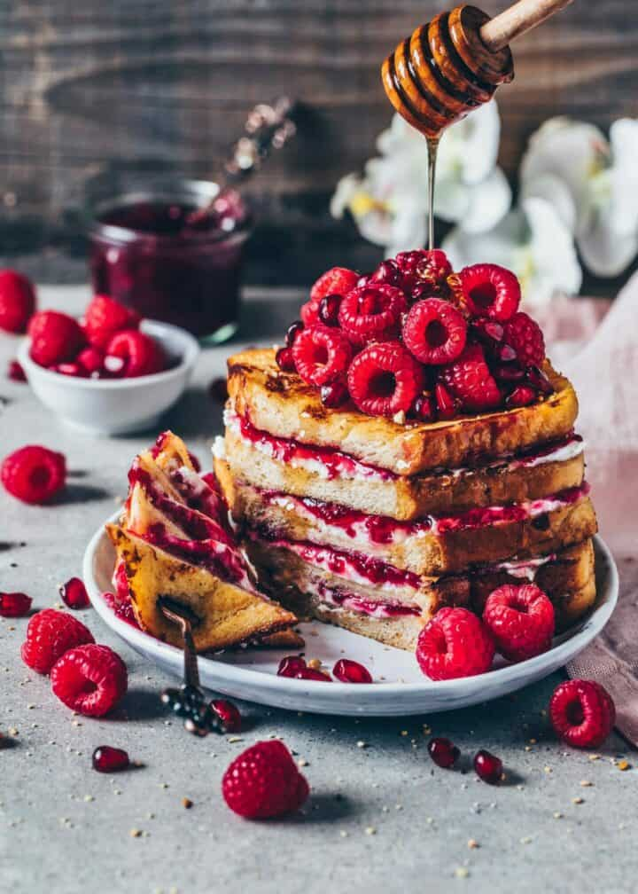 Best Vegan French Toast Recipe. Easy to make in 10 minutes. Perfect for a quick breakfast, brunch or dessert. Egg-less, gluten-free, dairy-free.